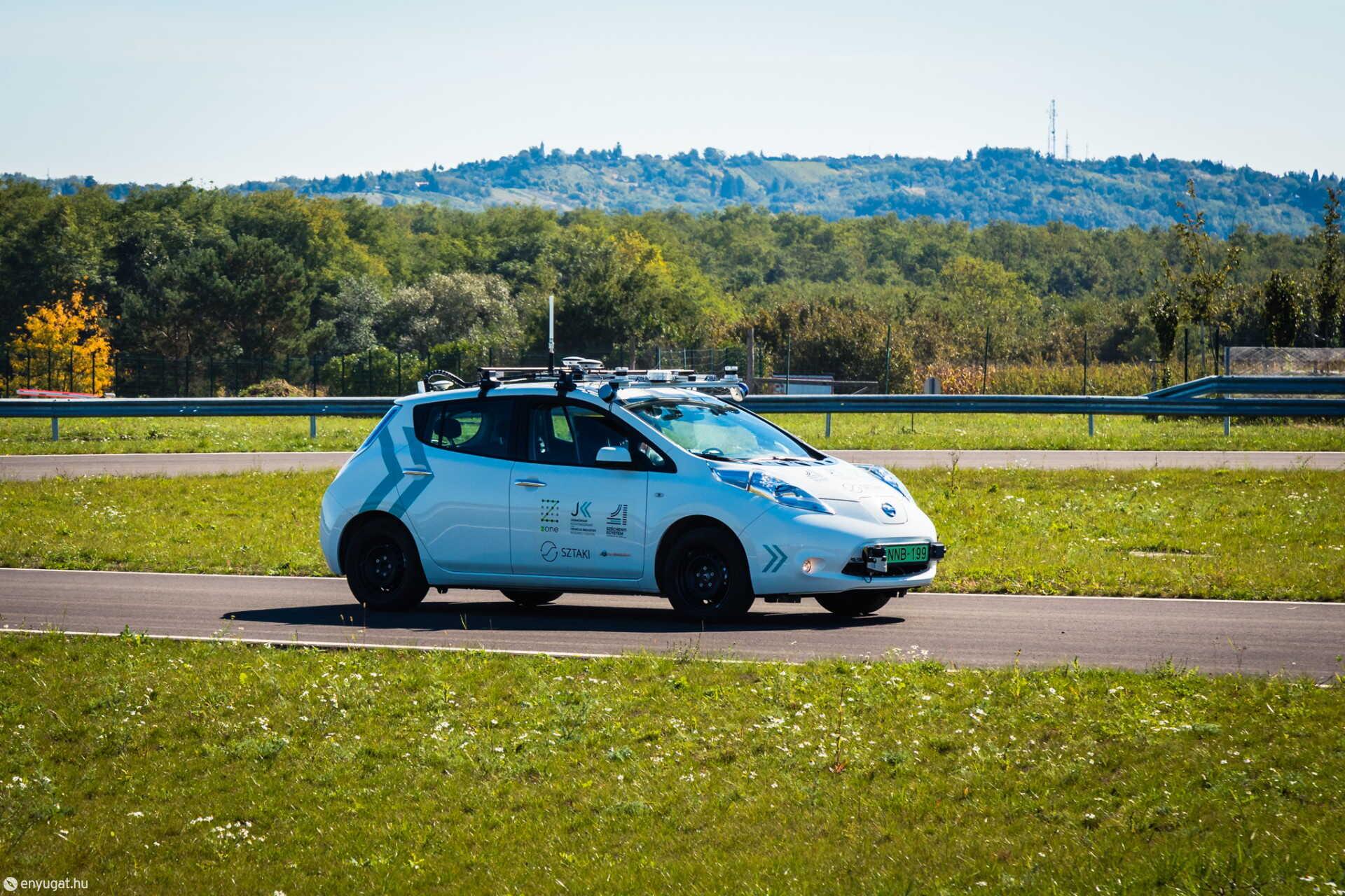 A Széchenyi István Egyetem és a SZTAKI közös fejlesztésű önvezető autója a ZalaZONE-on.